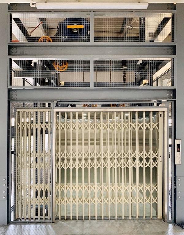 thang tải hàng cửa sắt xếp